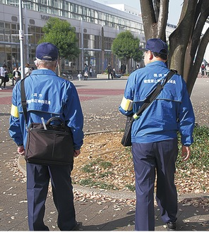 喫煙禁止地区を歩く指導員