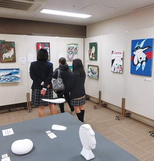 会場で作品を鑑賞する生徒ら