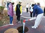 消火栓から水を出す住民