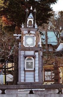 通りから見える、手作りの時計台