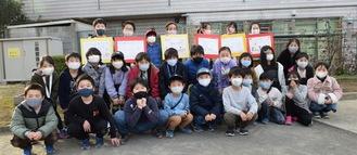 看板設置のために集まった児童たち