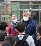 設置後に児童にあいさつする斉藤会長