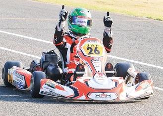 トップでゴールし、喜びを表す村田悠磨さん