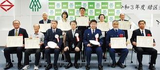 岡田区長(前列中央)と、感謝状を手にする受賞者