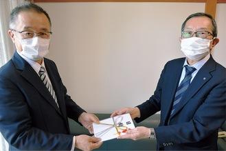 江頭代表取締役(左)に目録を手渡す舟橋会長(右)