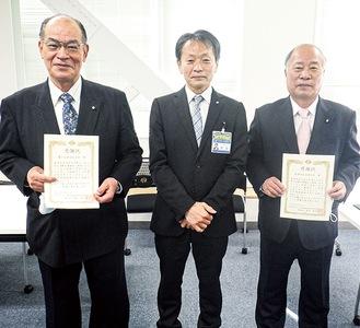岡田区長(中央)と感謝状を持つ塚田会長(左)と井上会長(右)(緑消防署提供)