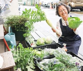 旬な野菜を笑顔で販売する北原さん