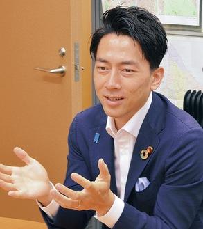 本紙のインタビューに応じる小泉大臣