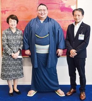 新十両昇進に笑顔を見せる荒篤山関(中央)と林市長(左)、岡田緑区長(右)