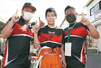 優勝して笑顔を見せる悠磨さん(中央)と竜一さん(左)ら=提供写真