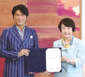 林市長(右)から委嘱状を受け取り、大使として活躍を誓う高橋さん