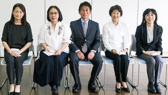 相原会長(中央)と手話団体のメンバー(同クラブ提供)