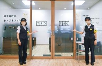 シェアオフィスの前に立つ坂本遥香さんと杉田光美さん
