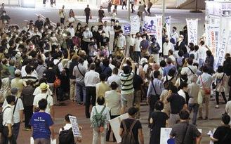 選挙戦で山中氏が最後の演説場所に選んだ桜木町駅前には多くの人が集まった(21日)