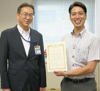 感謝状を持つ山崎店長(右)と同相談所の担当者