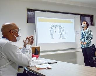 イラストを見ながら日本語を学習する外国人