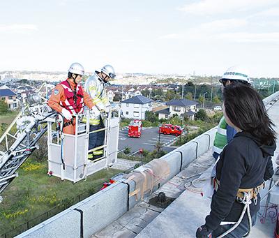 はしご車で屋上から救助訓練