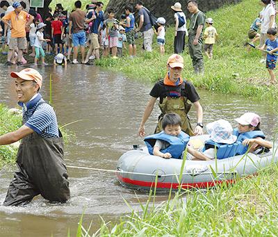 梅田川で水遊び