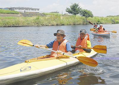 鶴見川でカヌー遊び