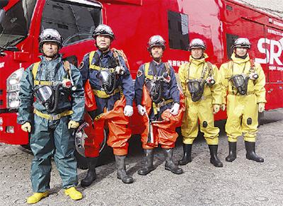 消防士がフラダンスショー