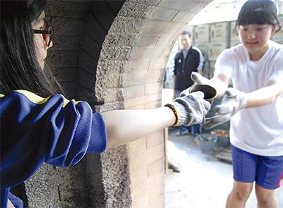 生徒が穴窯使い陶器作り
