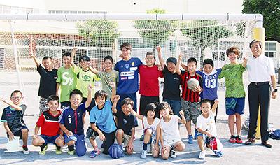 サッカー選手が母校来訪