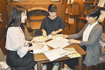 カフェの仕事を終え、企画会議に臨む武田さん(右)、関口さん(中央)、志賀さん