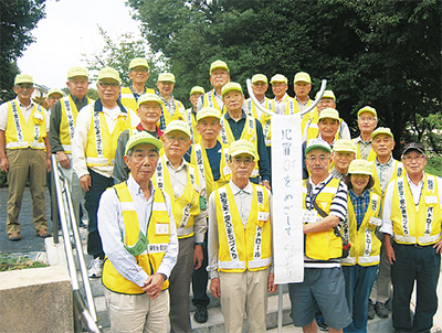 長谷川会長(前列右から3番目)を中心に集合する防犯パトロール隊のメンバー