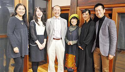 斉藤さん(中央)と文化発信をともにしてきた住人ら