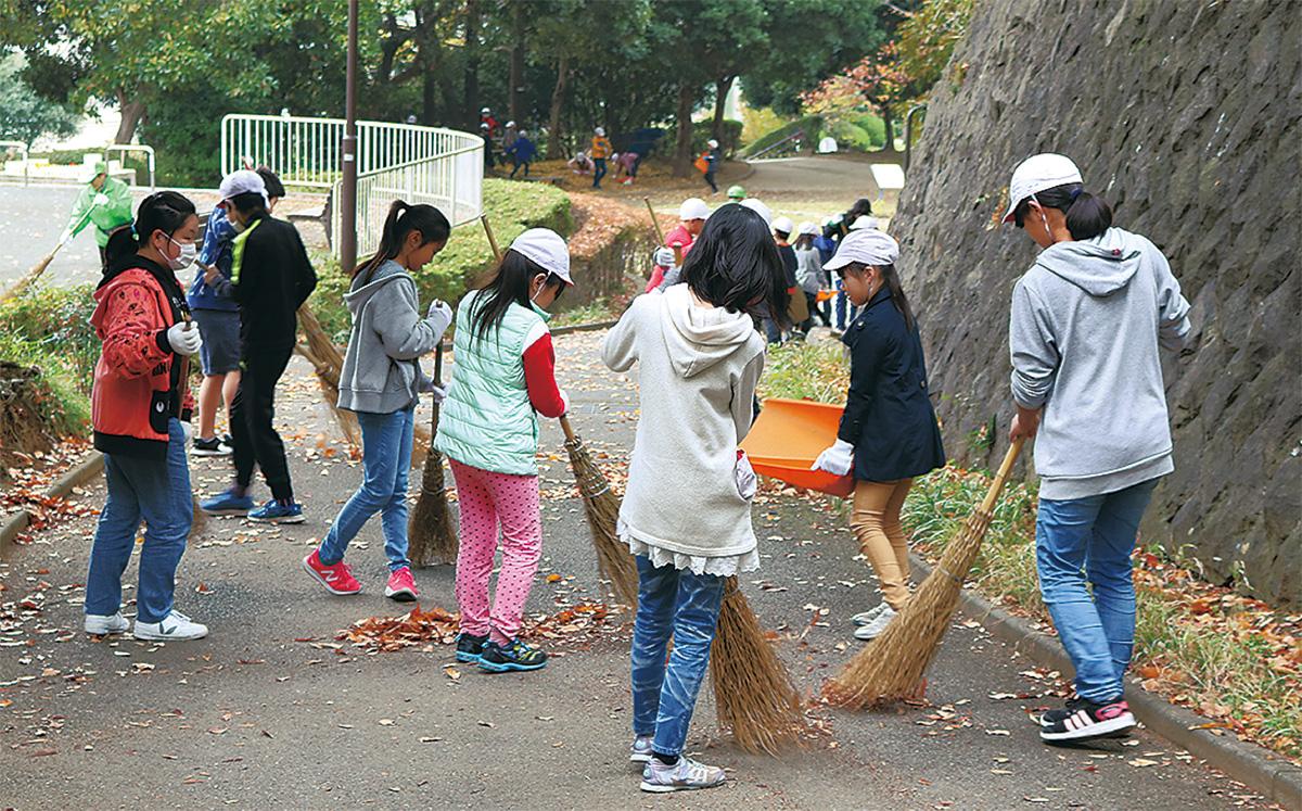 竹山小の近隣公園を清掃