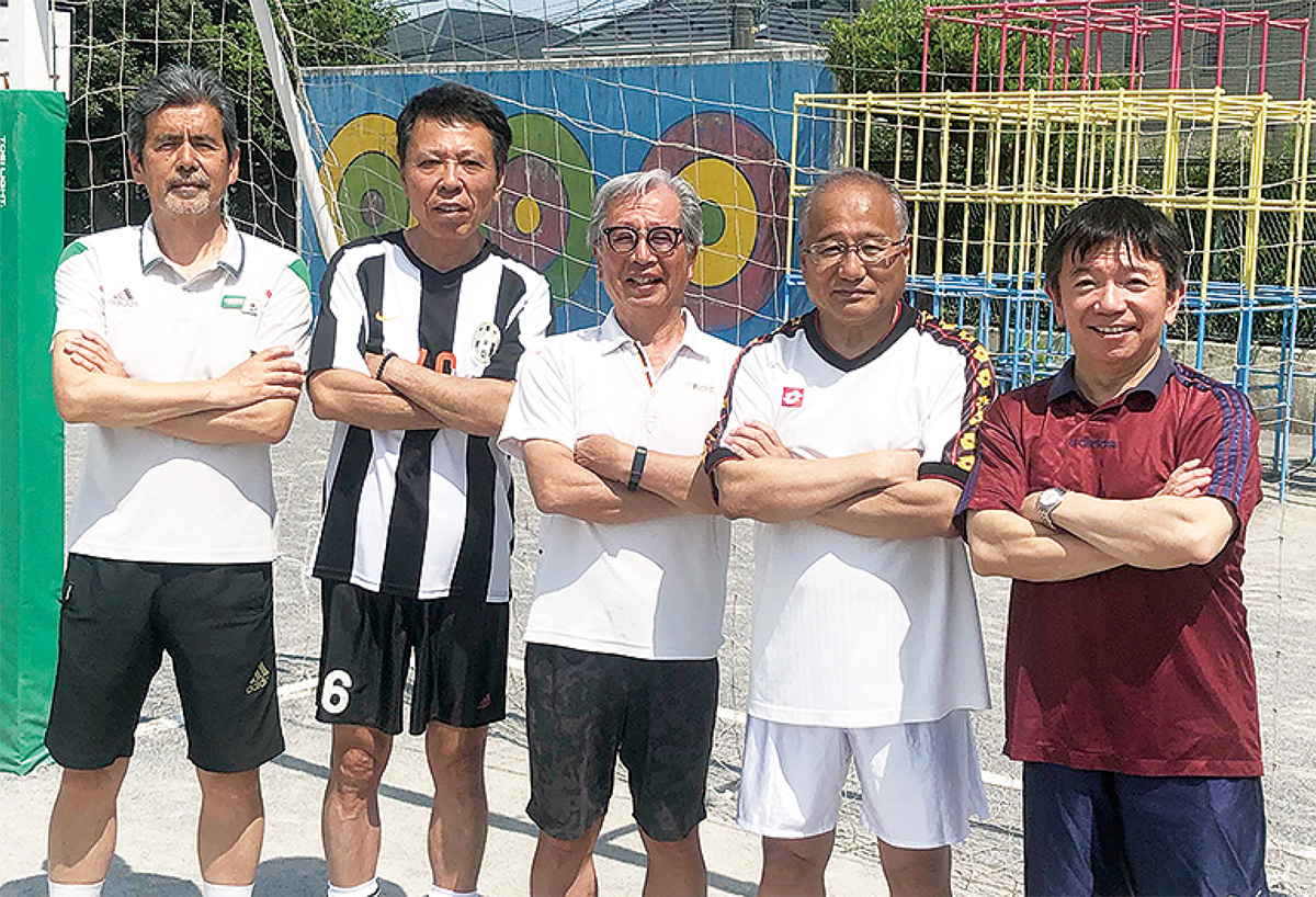 藤田さん(左から2人目)と同好会のメンバー