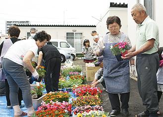 花壇作りを通して、被災者との交流が見られた