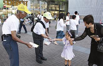 リーフレットを手渡す横溝支部長(左)と小川区長(中央)