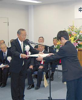 関係者が多数集まる中、表彰式が行われた