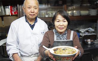 45年以上作り続けているサンマーメンを手にする「磐来軒」加藤夫婦
