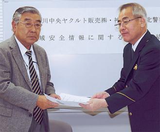 締結を交わす加賀谷会長(左)と高野署長