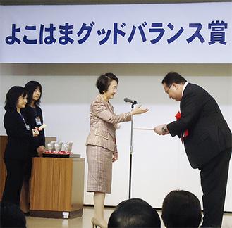 林市長から表彰される片山代表