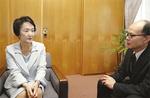 本紙・熊坂(右)の質問に答える林市長