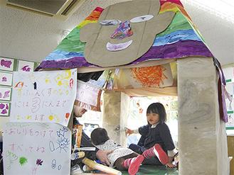 ▲エジプトブースの手作りスフィンクス像内で遊ぶ子どもたち