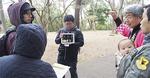 東京都市大の学生がiPadで当時の写真を表示