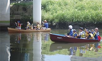 手づくりの舟で鶴見川を進む