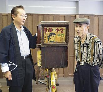 紙芝居の面白さを語る岸本さん(左)と鷲塚さん