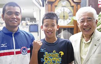 左から長濱コーチ、石川君、大鷲俊朗クラブ代表