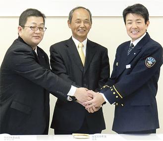 左から大庭店長代理・秋本会長・坂本署長