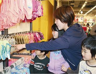 オールドネイビーで買い物する家族