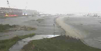 4月の豪雨で越流堤を越え、水が遊水地に流入した