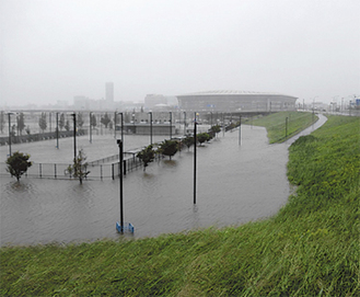 遊水地に水が溜まった(京浜河川事務所提供)