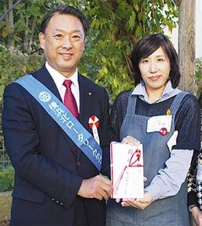 原施設長へ目録を手渡す森会長(写真左)