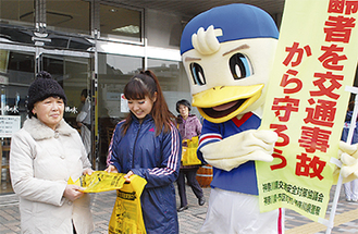 横浜F・マリノスの公式キャラクターのマリノスケとチアリーダーも参加し、配布活動を行った