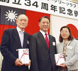 寄付金を贈呈する森会長(=写真中央)